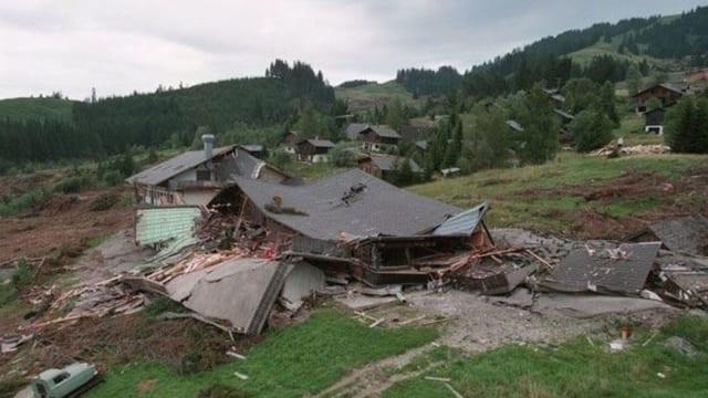 Zerstörte Häuser in einem rutschenden Hang.