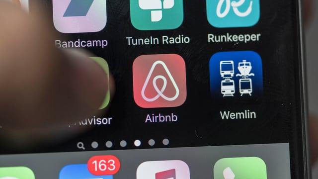Ein Smartphone mit Airbnb-App