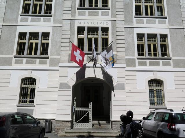 Fahnen des Kantons Graubünden und der Schweiz schmücken den Eingang des Gemeindehauses.
