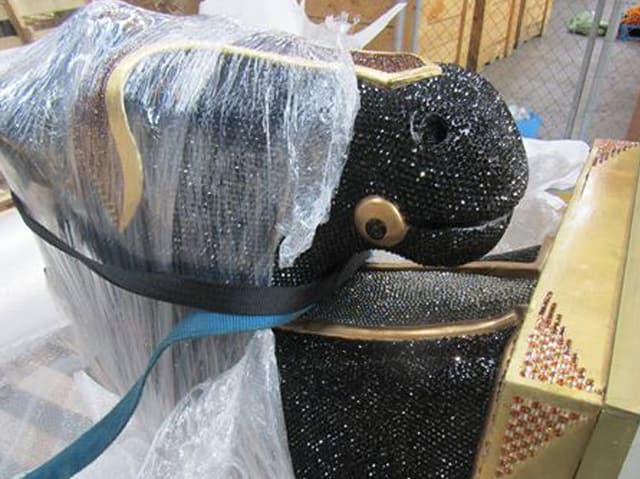 Pferdestatue in Plastik eingepackt