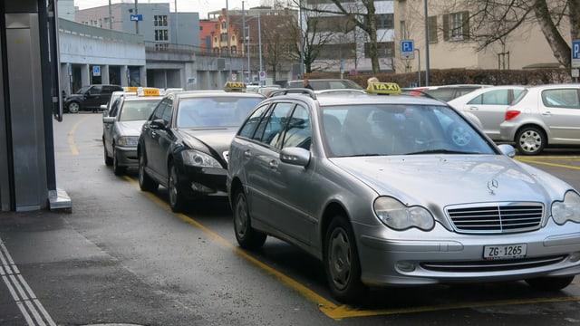 Ein silbernes Taxi auf einem Parkplatz