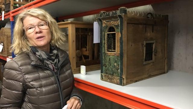 La curatura dal museum Charlotte Schütt cun ina chabgia stgilats