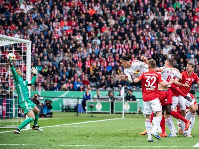 Manuel Neuer kratzt den Kopfball von Yussuf Poulsen noch an die Latte.