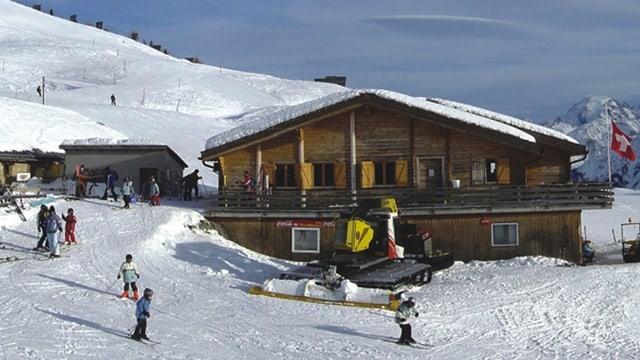 La chamona Alp da Munt en il territori da skis Minschuns, ina chamonna da lain sin duas plauns, da sanestra davant giu vegn la pista nua ch'i ha skiunzs.