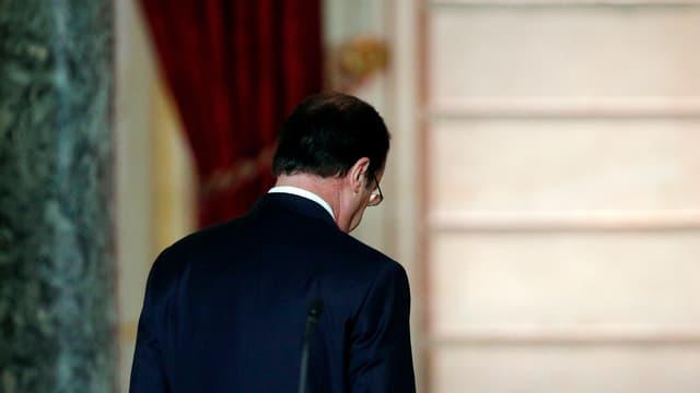 Präsident François Hollande läuft von einem Mikrofon weg