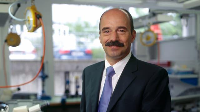 Der Firmenchef Rolf Sonderegger in einem Labor der Firma