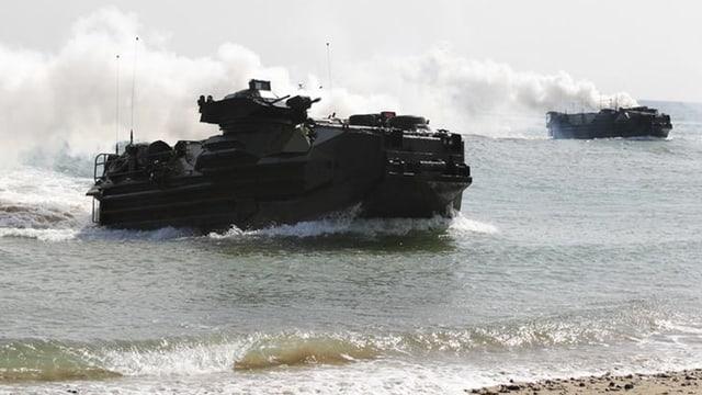 Amphibienfahrzeug fährt auf den Strand.