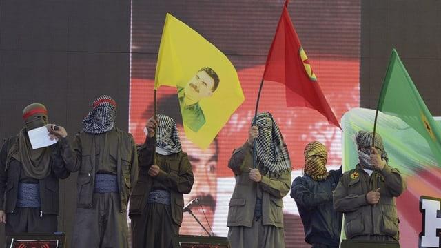 Vermummte Anhänger der PKK.