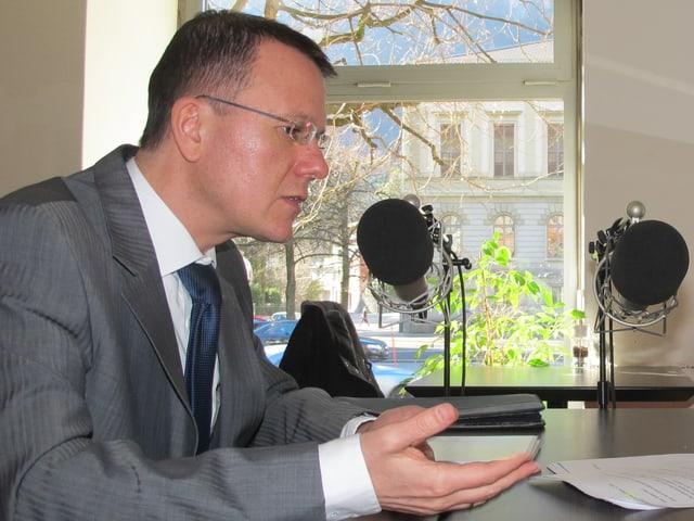 Regierungsrat Rolf Widmer im Gespräch mit Redaktorin Maria Lorenzetti.