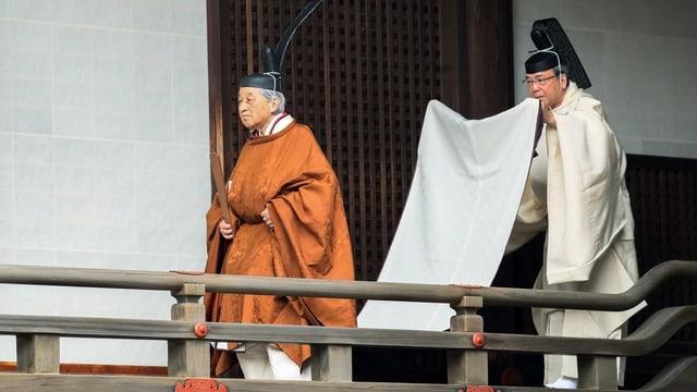 Kaiser Akihito in goldbrauner Robe