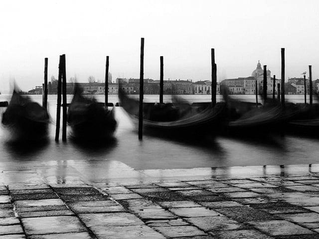 Gondeln am Ufer von Venedig.