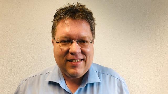 Mann mit dickem Kinn und Brille