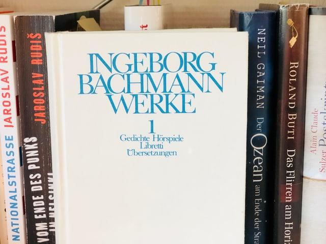 Band eins der gesamelten Werke von Ingeborg Bachmann stehen im Bücherregal