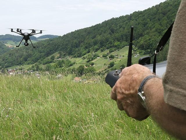 Ein Mann steuert eine Drohne.