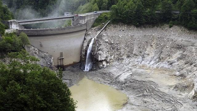 Ein kleiner Staudamm im Tessin, der Stausee wurde entleert.
