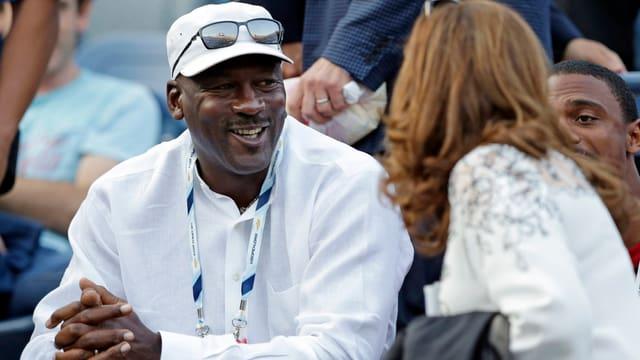 Michael Jordan unterhält sich mit Mirka Federer.