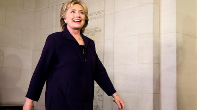 Clinton beim Verlassen der Anhörungsraumes im Capitol in Washington.