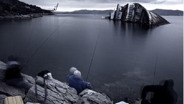 Ein versunkenes Schiff, davor Fischer