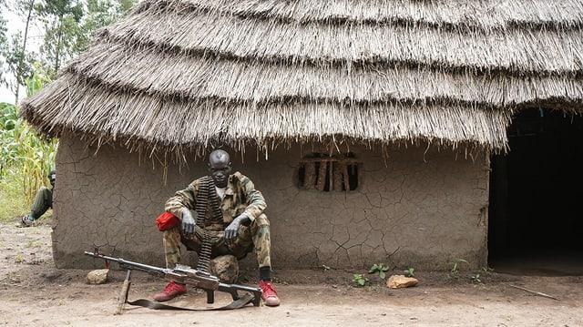 Ein Kämpfer der Rebellen bewacht eine Hütte im Dorf Panyume. Seit Juni 2018 herrscht Waffenstillstand im Südsudan.
