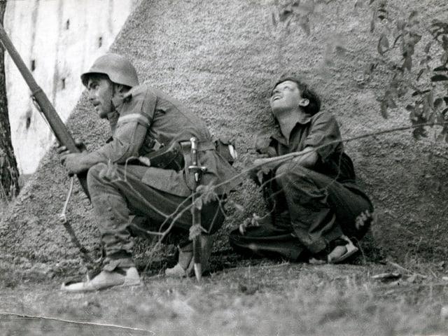 Möglichst nah am Kriegsgeschehen: Gerda Taro mit einem Soldaten an der Front in Córdoba 1936.