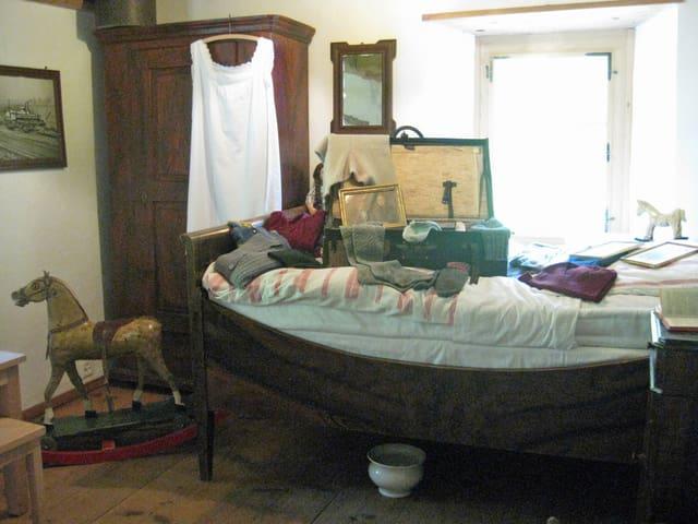 Zimmer mit alten Möbeln und Gegenständen.