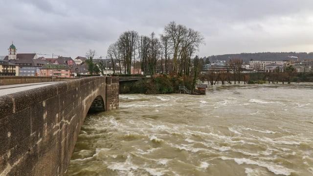 Das Wasser kommt in Rheinfelden nur noch knapp unter der Brücke durch.