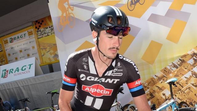 John Degenkolb steigt im Zielbereich von seinem Rad.