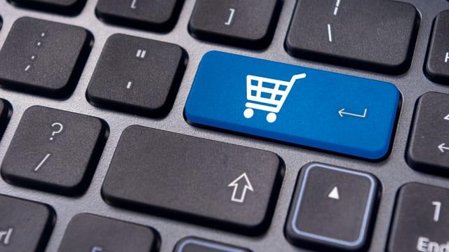 Eine Computer-Tastatur mit einer Taste mit dem Icon «Einkaufswagen» als Symbol für «Online-Shopping»