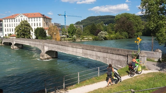 Betonbrücke über einen Fluss