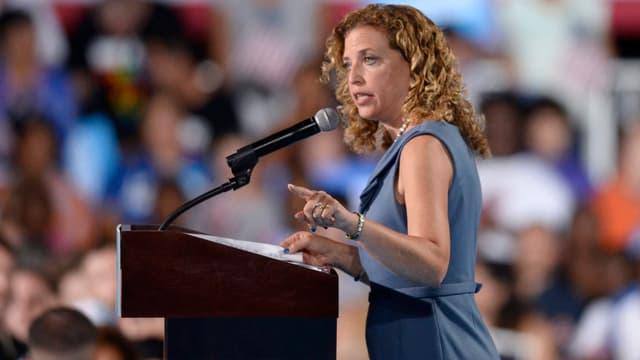 Debbie Wasserman Schultz spricht am Rednerpult.