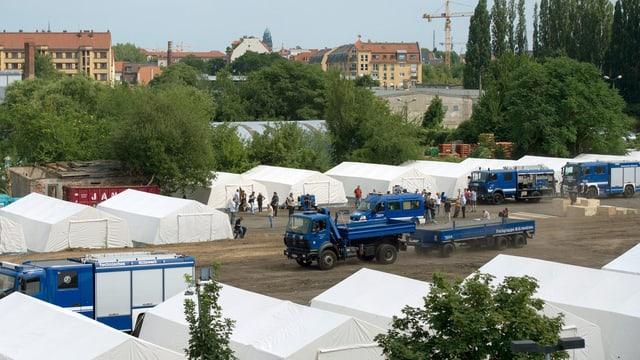 Zelte und Lastwagen