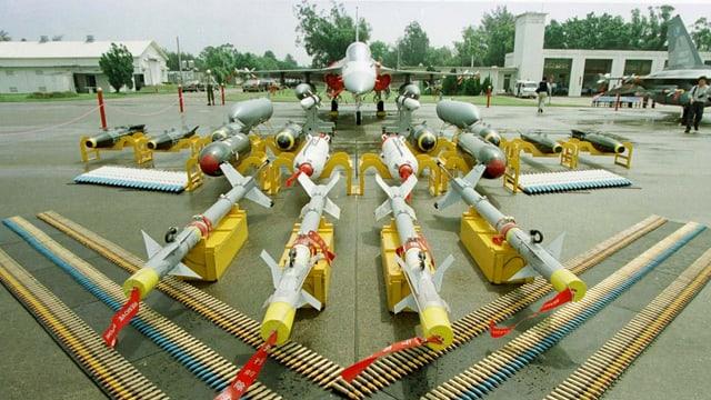 Waffenarsenal vor einem chinesischen Kampfjet.