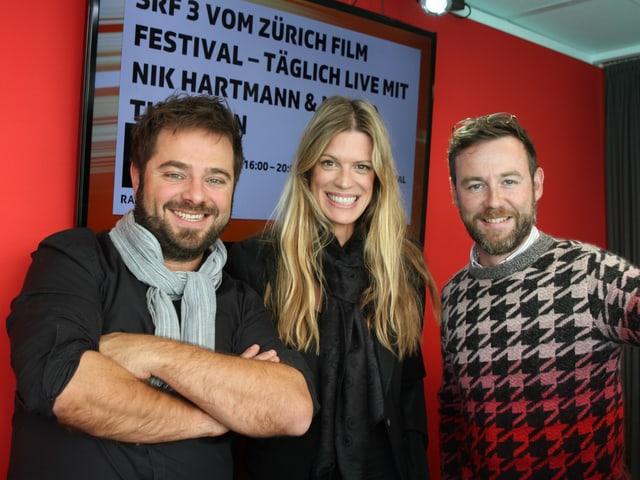 Festival-Direktorin Nadja Schildknecht strahlte am Abschlusssonntag mit SRF 3-Moderatro Nik Hartmann und seinem Produzent Marco Thomann um die Wette.