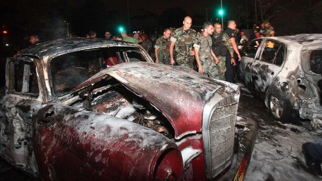 Ausgebranntes Auto, Soldaten.