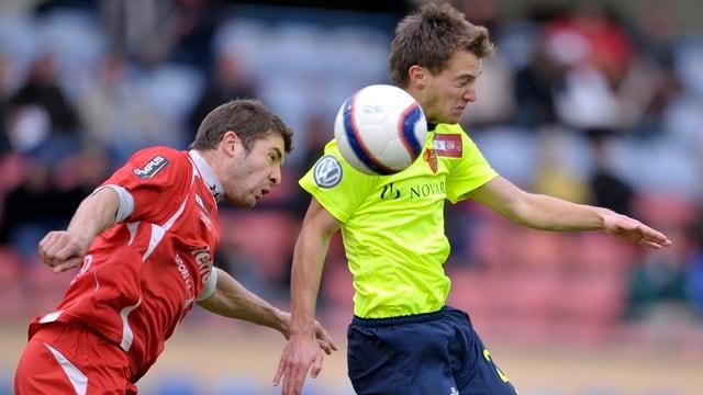 Marco Aratore wehrt den Ball ab vor einem Spieler von Le Mont in einem Cup-Match 2009.