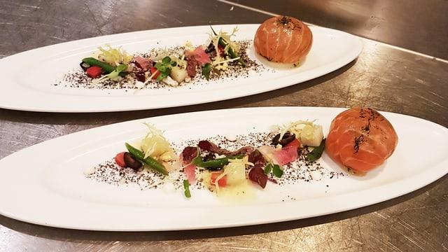 Zwei Teller mit Lachstartar und Dekoration
