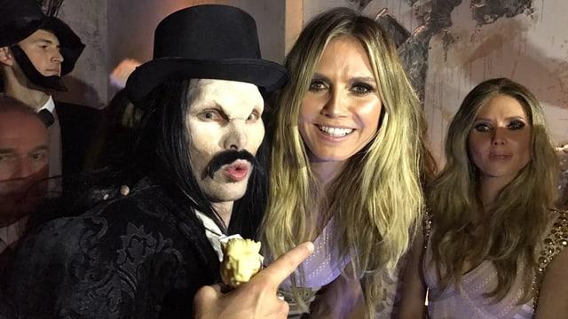 Reto Hanselmann ist als Graf Dracula verkleidet neben Heidi Klum zu sehen.