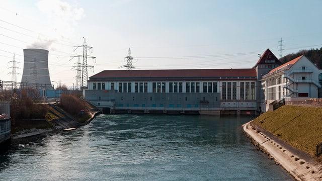 Ein Flusskraftwerk von Alpiq an der Aare in Gösgen, im Hintergrund das AKW Gösgen, das ebenfalls zur Alpiq gehört.