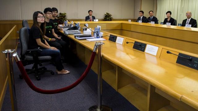 Aktivisten aus der Studenbewegung beim Treffen mit Regierungsvertretern