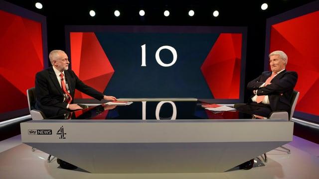 Corbyn ed in moderatur en in setting da televisiun.