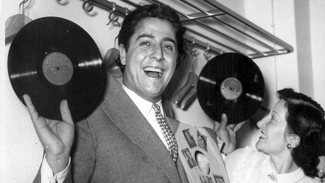 Vico Torriani mit Schallplatten in den Händen.