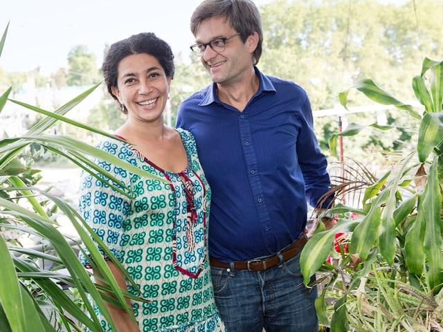 Frida Leon Beraud und Stefan Schlag Beraud inmitten von Pflanzen.