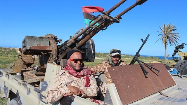 Regierungstruppen aus Misrata in einem Panzer.