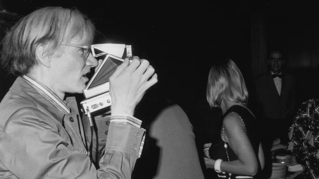 Warhol fotografiert mit Polaroid.