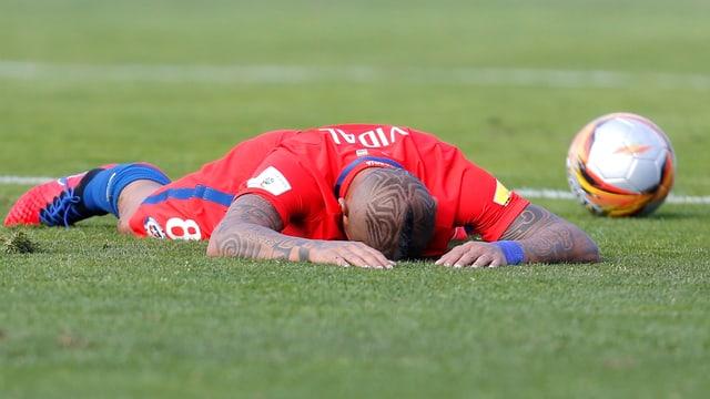 Arturo Vidal liegt am Boden
