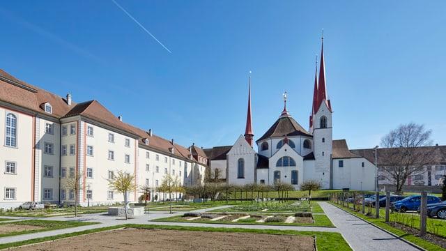 Kloster mit Klosterkirche und Park in Muri