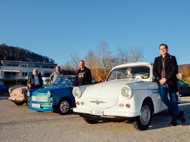 Hugo Scherer (2.v.l.) mit Michel Fankhauser (vorne) und drei von ca. 90 in der Schweiz registrierten Trabanten.