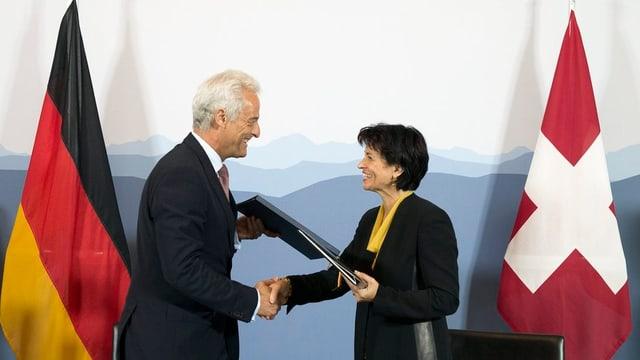 Bundesraetin Doris Leuthard, rechts, und der Deutsche Verkehrsminister Peter Ramsauer unterzeichnenden Flugverkehr-Staatsvertrag zwischen der Schweiz und Deutschland, am Dienstag 4. September 2012, in Bern.