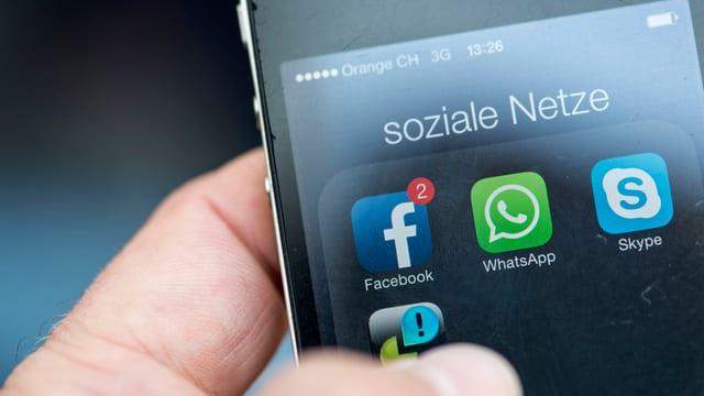 Telefonin cun differentas applicaziuns per raits socialas.