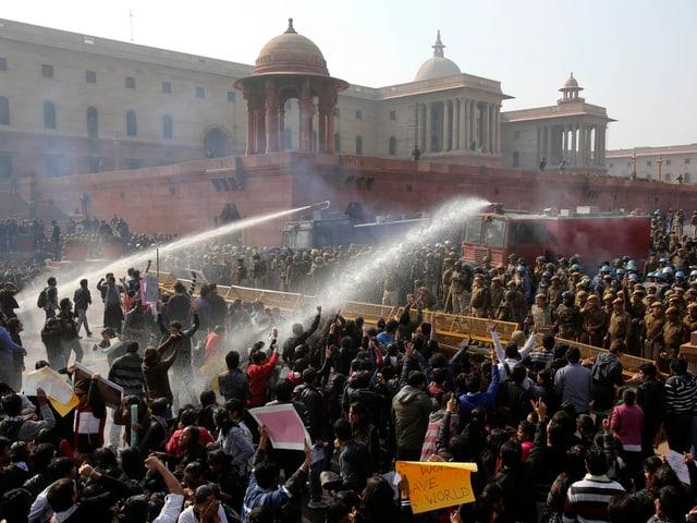 Die Polizei schiesst mit Wasserwerfern auf die Demonstranten